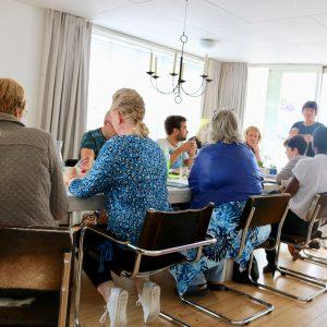 volgeboekte groep aan tafel